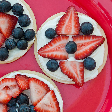 Red, White, and Blueberry Cookie Tarts | realmomkitchen.com