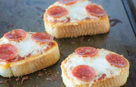 Garlic Bread Pizzas | realmomkitchen.com