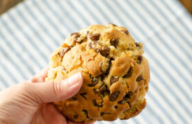 Levain Bakery Chocolate Chip Cookies | re4almomkitchen.com